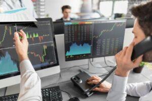 So sánh môi giới chứng khoán và tự doanh chứng khoán